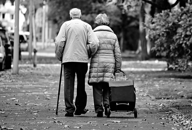 ouderen wandelen op straat