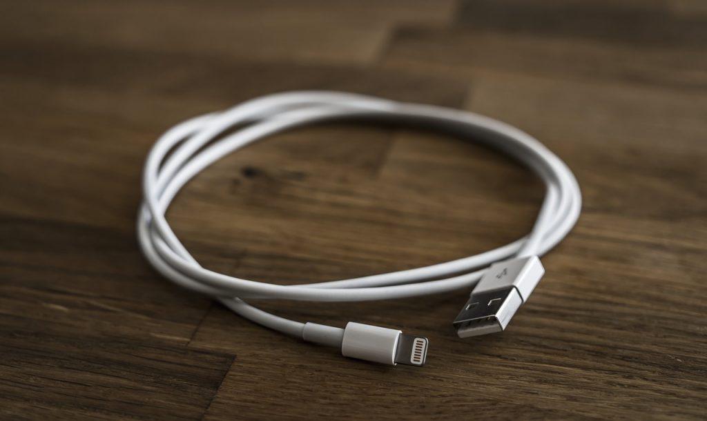 opladen telefoon met usb kabel