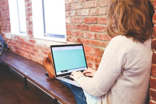 student studeert met laptop