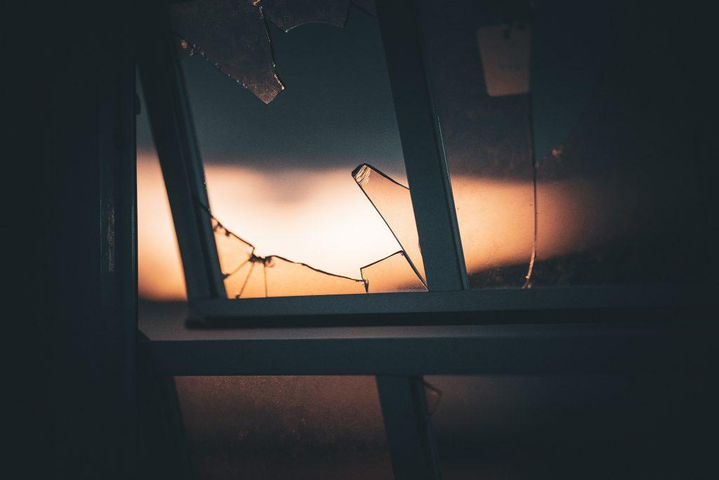 gebroken glas, door alarmopvolging opgemerkt