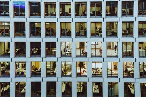 kantoorgebouw waar toegangsbeheer nodig is.